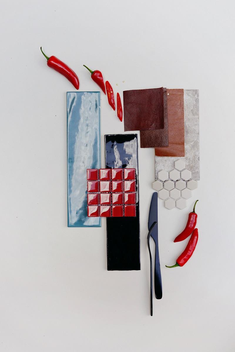 Moodboard med olika röda nyanser, textil och kakel.